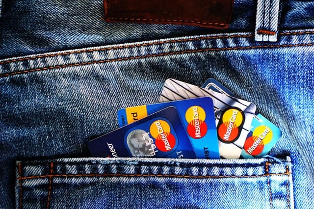 credit report repair back pocket of blue jeans with credit cards sticking out of the pocket Middle Class Dad
